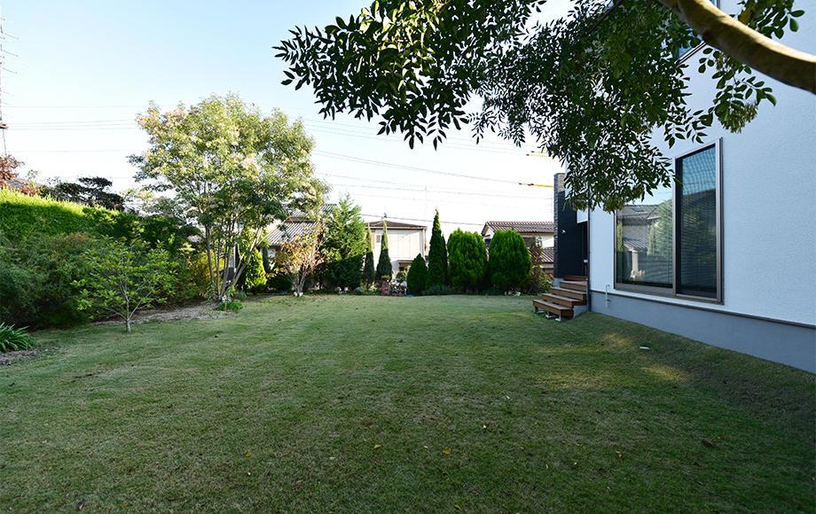 広い芝生の背景には森の樹々_愛知Tl.jpg