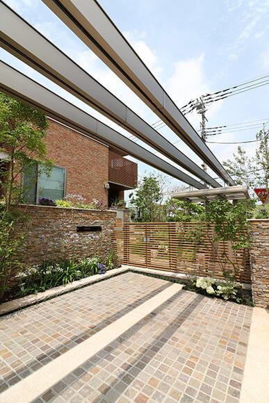寄棟屋根の水平ラインに合わせたエントランスアーチ
