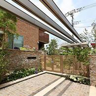 寄棟屋根の水平ラインに合わせたエントランスアーチ サムネイル