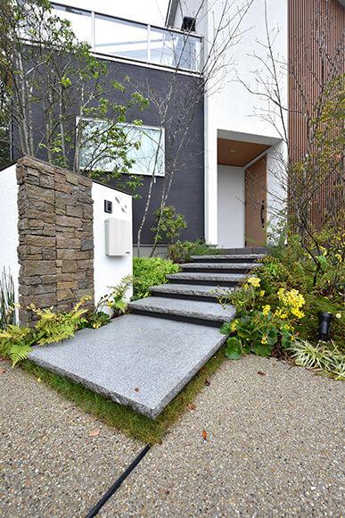石階段のアプローチが自然と溶け込む