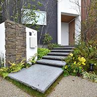 石階段のアプローチが自然と溶け込む サムネイル