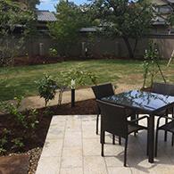 子供の遊び場となる「遊の庭」を眺められるようファニチャーを配したテラス サムネイル