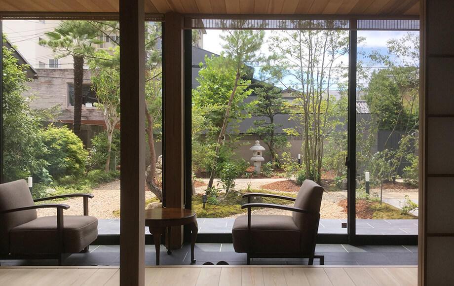 和室前の広縁からは趣き深い和風庭園が楽しめる