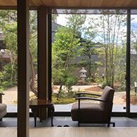 和室前の広縁からは趣き深い和風庭園が楽しめる サムネイル