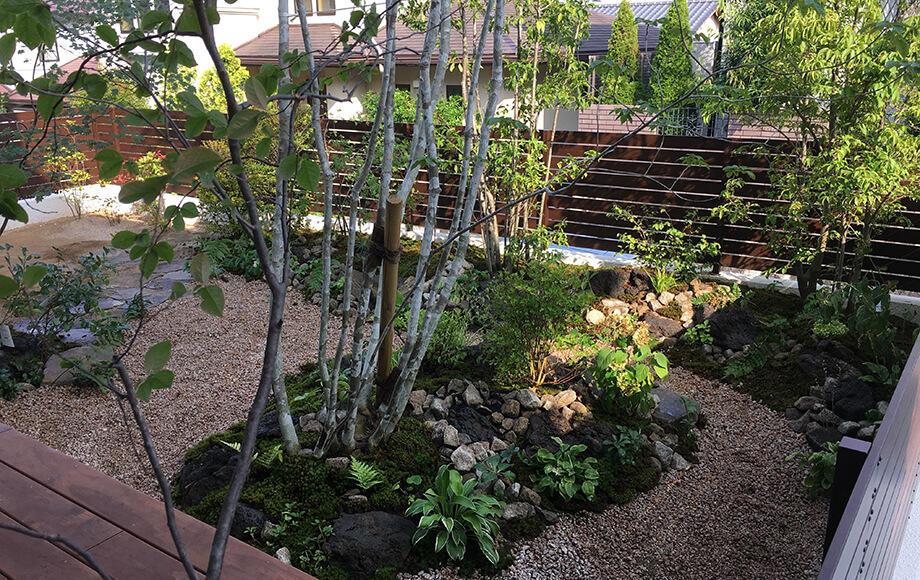 砂利の細道を作る事で庭に緩急を創出している
