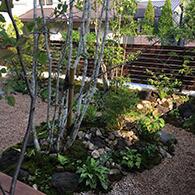 砂利の細道を作る事で庭に緩急を創出している サムネイル