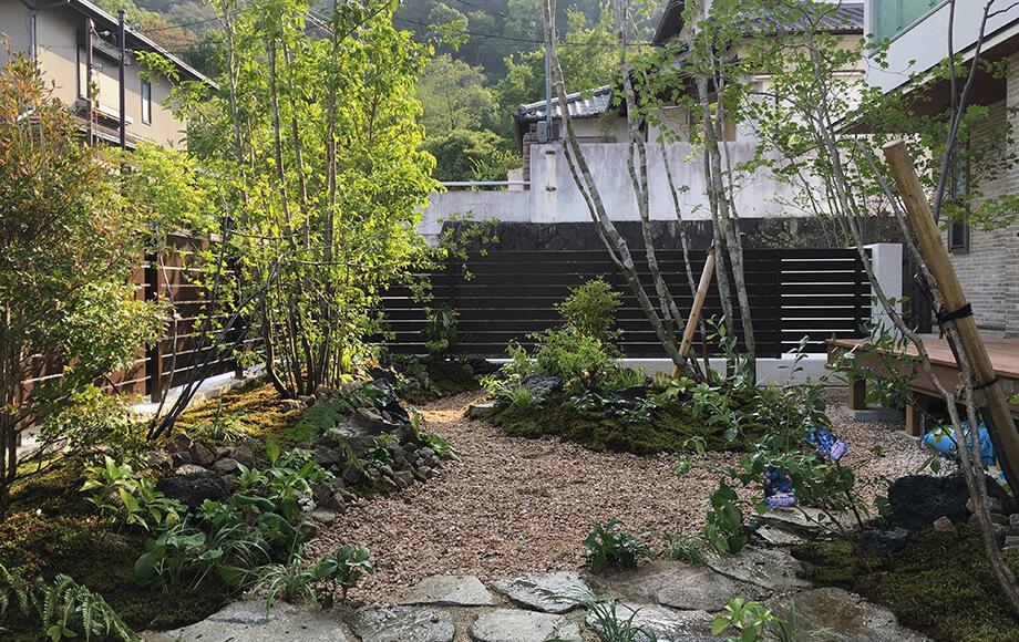 苔と石と樹木がふんだんに取り入れられた里山風のガーデン