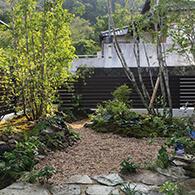 苔と石と樹木がふんだんに取り入れられた里山風のガーデン サムネイル